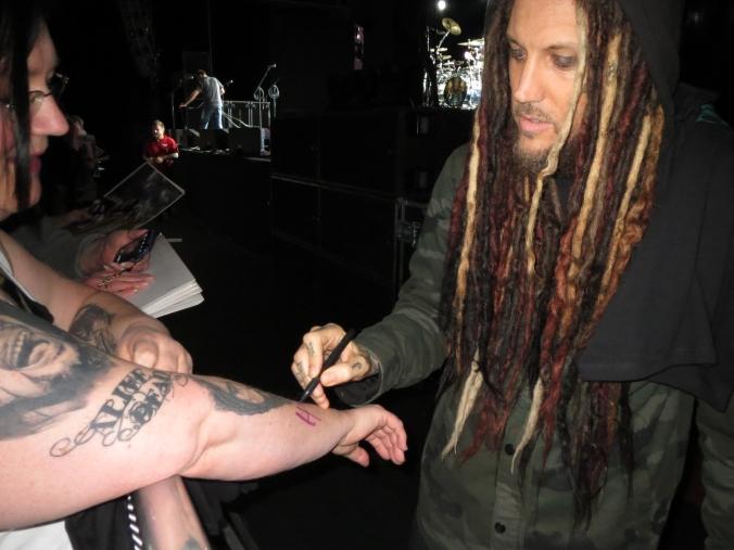 Brian skriver sin autograf på min arm